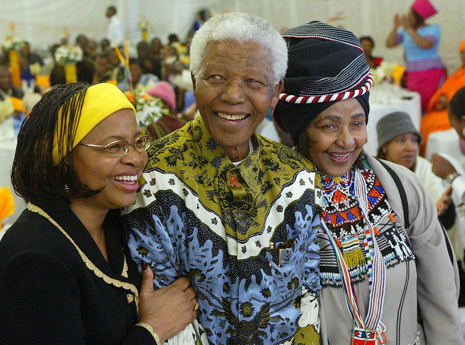 Nelson Mandela con la seconda e terza moglie, Winnie (destra) e Graca