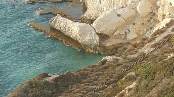 Ciò che resta del binario lungo il costone di roccia, tra Naqoura ed il confine sud