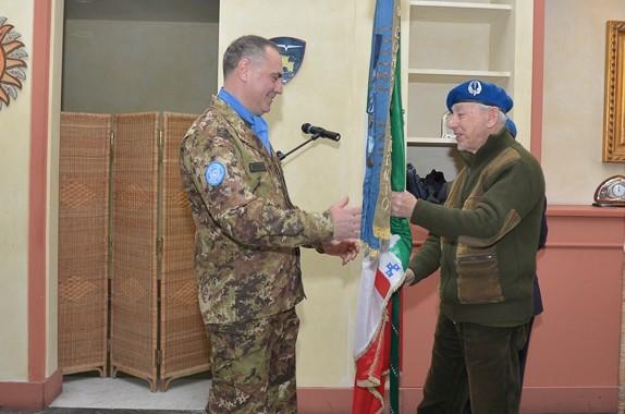 Un reduce del Gruppo di Combattimento Friuli affida la Bandiera al Generale Cuoci, prima della missione Leonte 18