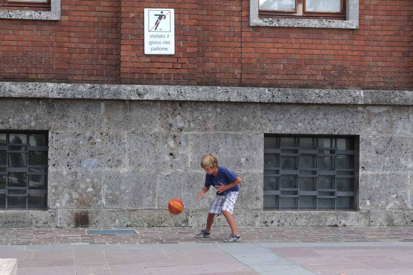 Il Sindaco vieta di giocare a calcio in piazza…