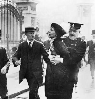 Emmeline Pankhurst arrestata davanti a Buckingham Palace mente tenta di portare una petizione al re Giorgio V nel maggio 1914