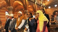 Musulmani in chiesa, tradizionalisti in rivolta. E Bagnasco li bacchetta