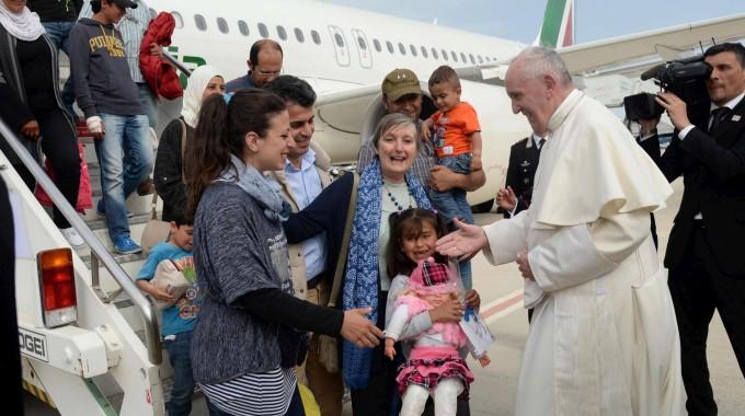 Papa Francesco accoglie i primi profughi siriani ospitati in Vaticano