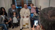 Il Papa nel 2016 a casa di alcuni preti sposati