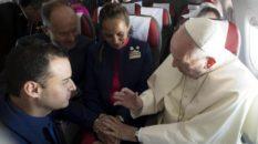 Il Papa sposa in aereo due assistenti di volo