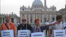 Sit-in contro i preti pedofili